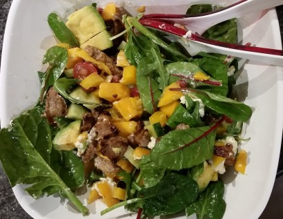 Ingredients: Salad leaves, mango, avocado, yellow paprika, beef, chevre, cucumber and pomegranate. Seasoned with lime juice and pomegranate juice.