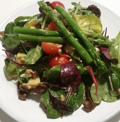 Ingredients: Baby greens, tomato, avocado, beef strips, apple, pomegranate, chevre, buck wheat and asparagus.